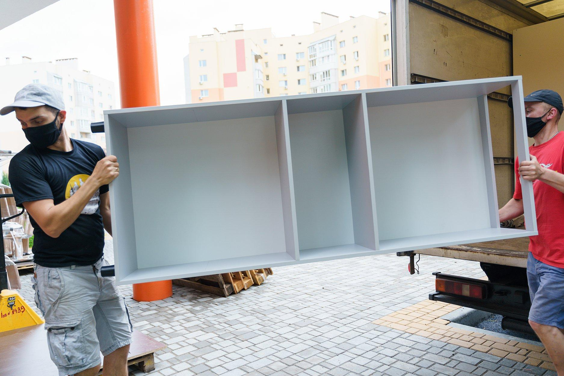 В нову школу на Поділлі вже завезли меблі