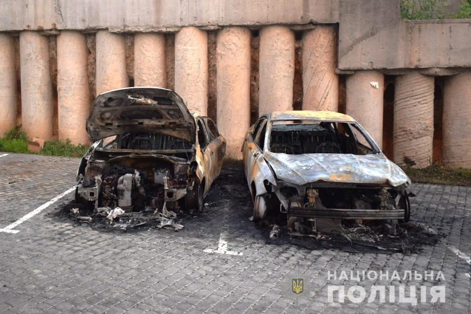 У Вінниці на Вишеньці згоріли два легковики (ФОТО)