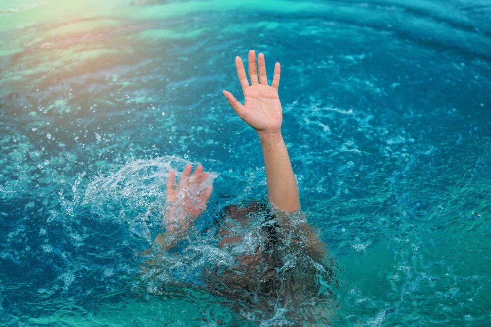 тоне у воді