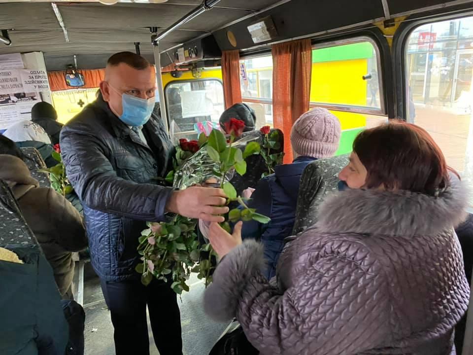 Квіти пасажиркам маршруток – депутат від «Української Стратегії Гройсмана» вітав вінничанок з 8 Березня