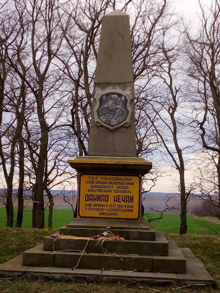 Новий барельєф на могилі Данила Нечая встановили у Тиврівській громаді