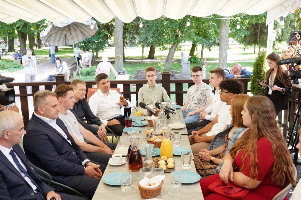 Випускники Вінниччини, які набрали найвищий бал на ЗНО, зустрілися із Володимиром Гройсманом